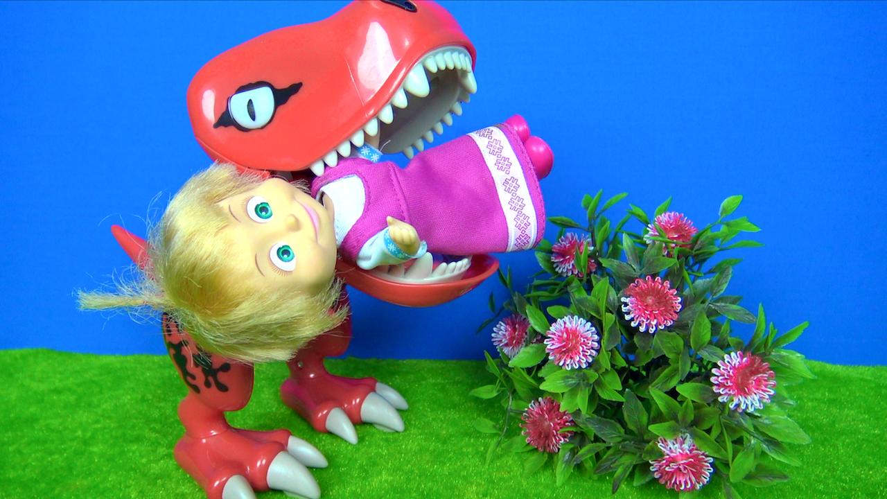 Koca ayı ağlayan Maşayı kurtarabilecek mi? Maşa Dinozorun ağzında. Dinozor Maşa'yı yiyecek mi?